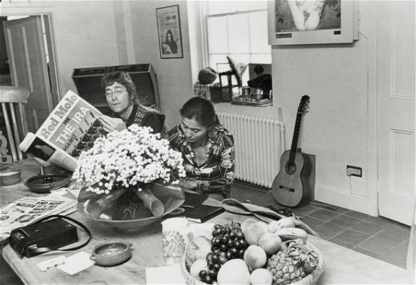 John e Yoko com edição do jornal Red Mole com sua entrevista concedida à Tariq Ali.